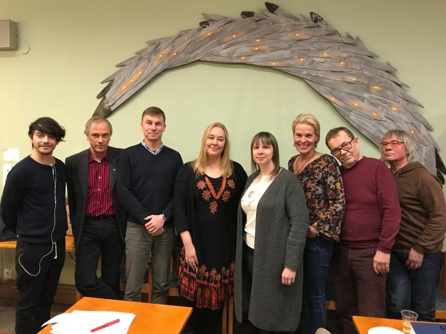 Suoma PEN. Govas (gur.): Daniel Malpica, Heikki Jokinen, Oula Silvennoinen, Veera Tyhtilä, Pirita Näkkäläjärvi, Nina Honkanen, Clas Zilliacus ja Riku Räihä.