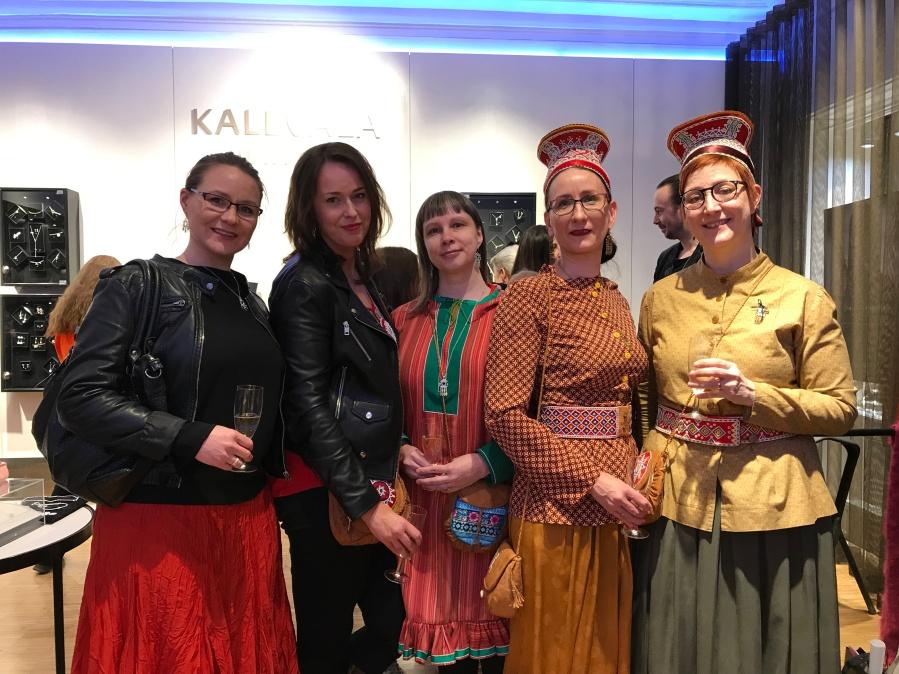 Beahcáma nuortalaščiŋa ávvudeamen Kalevala beaivve 2019. Gurotravddas Maarit Kiprianoff, Mari Korpimäki, Pirita Näkkäläjärvi, Sari Saxholm and Minna Moshnikoff.